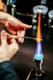 Forma den glass pärlan i brand, Glass danandehantverkare i hans seminarium Arkivfoto