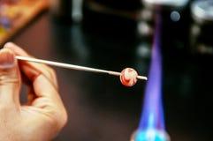Forma den glass pärlan i brand, Glass danandehantverkare i hans seminarium Fotografering för Bildbyråer