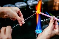 Forma den glass pärlan i brand, Glass danandehantverkare i hans seminarium Arkivbild
