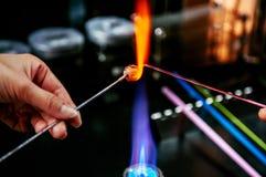 Forma den glass pärlan i brand, Glass danandehantverkare i hans seminarium Royaltyfri Bild