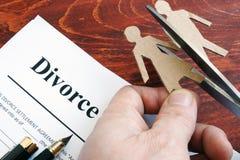 Forma di accordo di divorzio e figure di coppie separazione fotografia stock