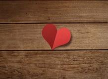 Forma di carta del cuore sulla tavola di legno Fotografia Stock Libera da Diritti