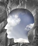 A forma di di carta sgualcito come testa umana Cielo nuvoloso dentro il hea Immagini Stock Libere da Diritti