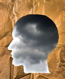 A forma di di carta sgualcito come testa umana Cielo tempestoso dentro il hea Fotografia Stock Libera da Diritti
