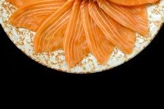 Forma di color salmone del fiore della griglia del sashimi sul piatto del cerchio su fondo nero Fotografia Stock Libera da Diritti