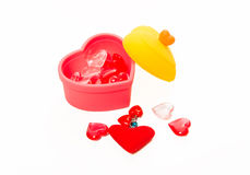 Forma di cristallo rossa e rosa del cuore nella scatola isolata su fondo bianco fotografia stock libera da diritti