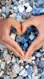 Forma di cuore con i pezzi di pietra Immagini Stock