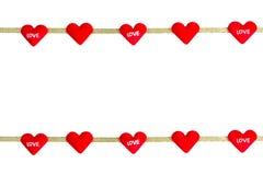 In forma di cuore rosso con il nastro isolato su fondo bianco, clippi Immagini Stock