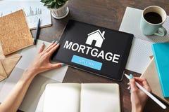 Forma di modulo di iscrizione online di ipoteca sullo schermo del dispositivo Concetto di finanza e di affari fotografie stock