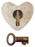 Forma di pietra del cuore con un tasto dell'annata e del buco della serratura isolato sul whi Fotografia Stock Libera da Diritti