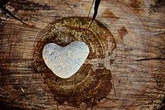 Forma di pietra del cuore su fondo di legno Immagini Stock Libere da Diritti