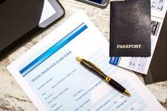 Forma di reclamo di assicurazione di riempimento di viaggio Immagini Stock Libere da Diritti