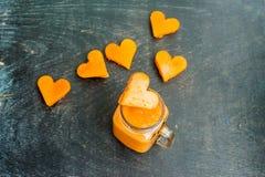 Forma di taglio della papaia del cuore smoothies La struttura orizzontale Concetto di amore Giorno del `s del biglietto di S Immagini Stock