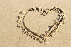Forma dibujada en arena, visión superior del corazón foto de archivo libre de regalías