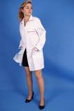 Forma disparada da mulher no revestimento médico Fotografia de Stock