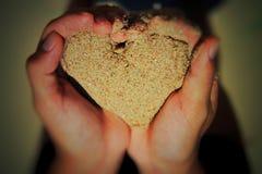Forma do amor da areia fotografia de stock royalty free