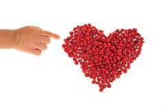 A forma do coração arranjou com feijões vermelhos Fotos de Stock Royalty Free