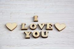 Forma do coração da árvore natural Ame o conceito do tema com corações de madeira para o fundo do ` s do Valentim e ame o tema Imagens de Stock Royalty Free
