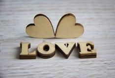 Forma do coração da árvore natural Ame o conceito do tema com corações de madeira para o fundo do ` s do Valentim e ame o tema Foto de Stock