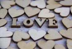 Forma do coração da árvore natural Ame o conceito do tema com corações de madeira para o fundo do ` s do Valentim e ame o tema Fotografia de Stock Royalty Free