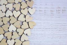 Forma do coração da árvore natural Ame o conceito do tema com corações de madeira para o fundo do ` s do Valentim e ame o tema Imagem de Stock Royalty Free