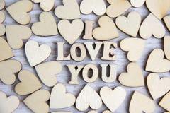 Forma do coração da árvore natural Ame o conceito do tema com corações de madeira para o fundo do ` s do Valentim e ame o tema Imagens de Stock
