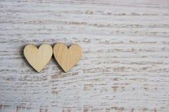 Forma do coração da árvore natural Ame o conceito do tema com corações de madeira para o fundo do ` s do Valentim e ame o tema Fotos de Stock Royalty Free