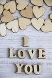 Forma do coração da árvore natural Ame o conceito do tema com corações de madeira para o fundo do ` s do Valentim e ame o tema Fotos de Stock