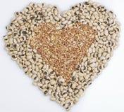 Forma do coração da baga de ervilhas Black-Eyed & de trigo Imagens de Stock