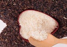 Forma do coração da mistura de arroz do jasmim e de arroz riceberry Fotos de Stock Royalty Free