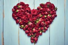 Forma do coração das rosas no fundo de madeira fotografia de stock