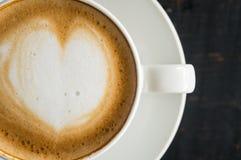 Forma do coração de Flatlay a meia espuma a arte do Latte do leite no copo de café branco 2 imagens de stock