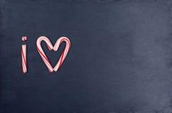 A forma do coração do bastão de doces do feriado abreviou o texto que eu amo Fotografia de Stock