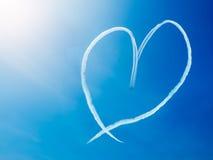 Forma do coração do fumo no céu Imagem de Stock