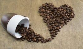 Forma do coração dos feijões de café Fotografia de Stock Royalty Free