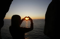 Forma do coração feita com mãos de uma menina Fotos de Stock Royalty Free