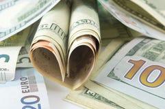 Forma do coração feita das notas de dólar Imagem de Stock