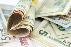Forma do coração feita das notas de dólar Fotografia de Stock Royalty Free