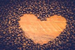 A forma do coração feita de feijões de café Fotografia de Stock Royalty Free