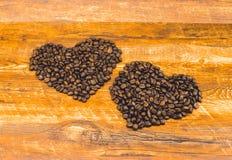 A forma do coração feita de feijões de café Foto de Stock