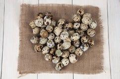 Forma do coração feita de ovos de codorniz e de casca de ovo foto de stock royalty free