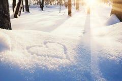 Forma do coração na neve imagens de stock