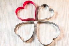 Forma do coração na tabela de madeira Fotografia de Stock