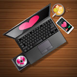 Forma do coração na tela e no telefone celular do portátil com chá do limão Foto de Stock Royalty Free