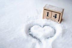 Forma do coração tirada na opinião do close-up da neve de cima de, fundo do inverno foto de stock royalty free