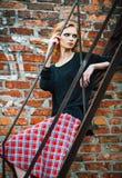 Forma do Grunge: moça bonita na posição da saia e da blusa de manta em escadas imagens de stock royalty free
