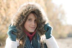 Forma do inverno - mulher com capa da pele fora fotografia de stock royalty free