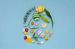 Forma do ovo da p?scoa que o ovo fez das l?s de confec??o de malhas imagens de stock royalty free