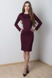 A forma do tiro veste-se com a menina 'sexy' bonita com por muito tempo para catalogar Foto de Stock
