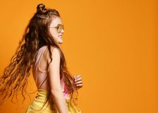Forma e conceito dos povos: menina ? moda na roupa ocasional, levantando fotografia de stock
